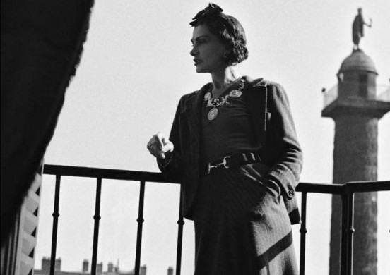 Coco-Gabrielle-Chanel-wearing-Lion-sign-jewellery-in-Paris-552x390