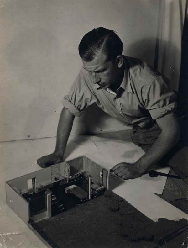eero saarinen working on a model