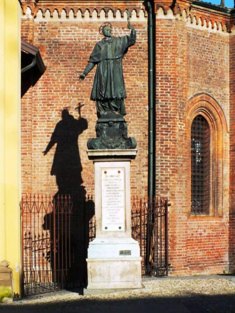 Monumento a San Carlo Borromeo in Piazza Federico Borromeo