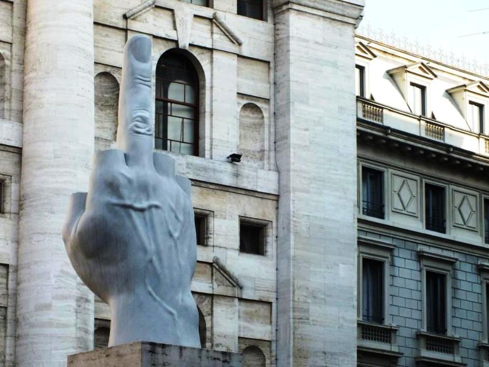 Piazza Affari con Monumento di Maurizio Cattelan