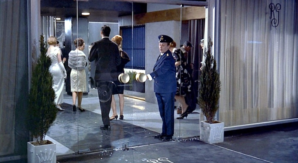 playtime jacques tati restaurant glass door (1)