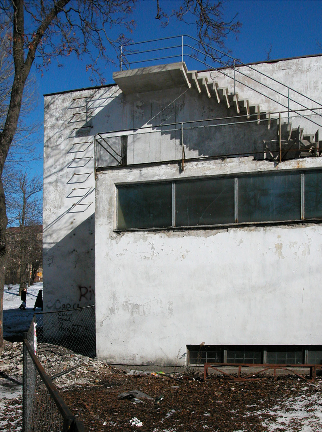 The-lending-hall-terrace-and-external-stairs-2003-before-restoration