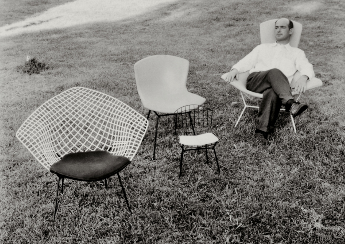 Harry-Bertoia-mit-Bertoia-chairs